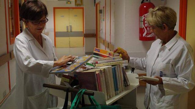 Deux bénévoles des Bibliothèque des hôpitaux de Brest et sa région (BHBR),